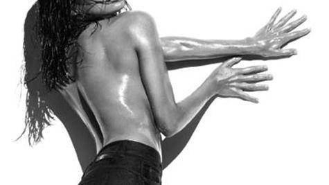 Eva Mendes, hot in campania Calvin Klein Jeans
