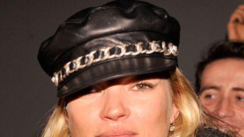 Kate Moss pozeaza goala pentru iubitul sau
