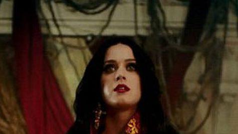 "Katy Perry sufera din dragoste in noul ei clip, ""Unconditionally"""