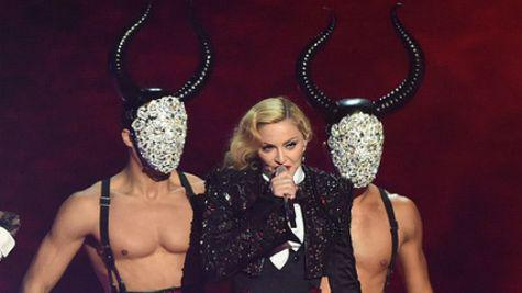 Madonna a cazut pe scena la Brit Awards 2015! (Video)