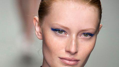 Machiaj albastru: cum purtam culoarea sezonului