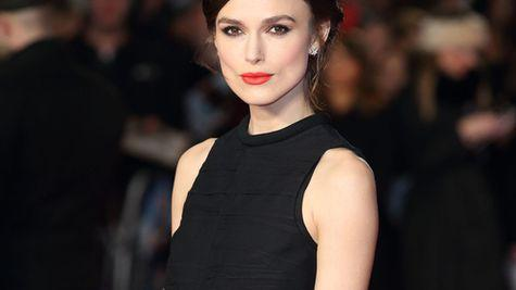 Ascult-o pe Keira Knightley cantand!