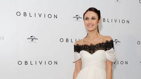 Star Style: Olga Kurylenko in 10 tinute stylish pe covorul rosu